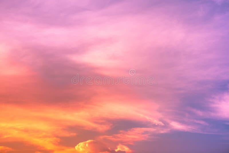 Gradientowy niebo, cumulonimbus chmura w jaskrawych tęcza kolorach i Kolorowy gładki niebo w zmierzchu zdjęcia stock