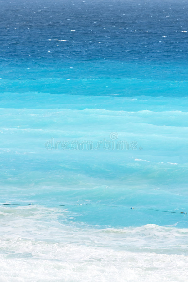 Gradients bleus d'océan à la plage des Caraïbes photos libres de droits