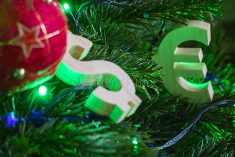 Grado del intercambio Euro, dólar en el árbol de navidad verde con las decoraciones rojas de la bola del vintage imágenes de archivo libres de regalías
