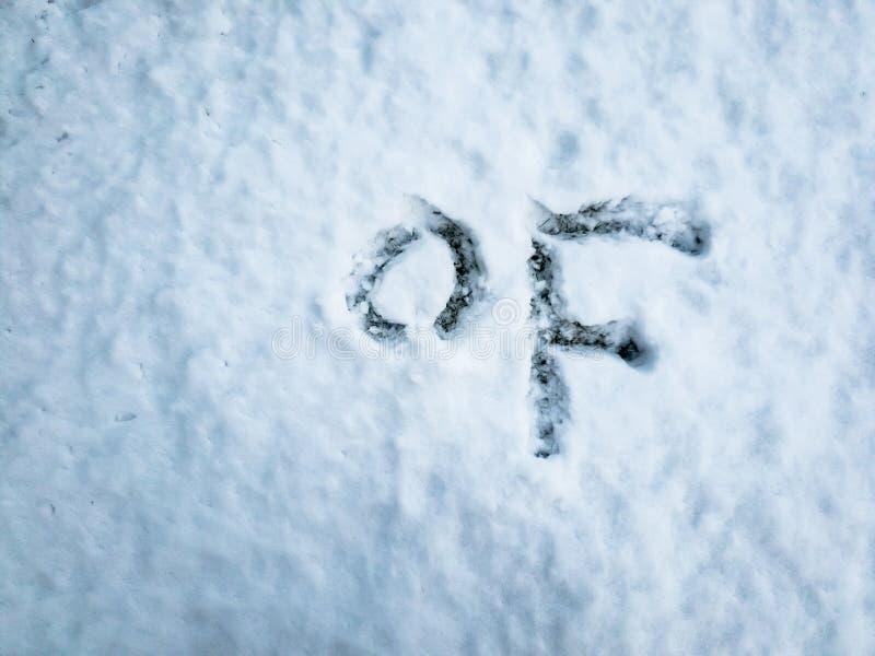 Grado Fahrenheit escrito en la nieve recientemente caida imagen de archivo