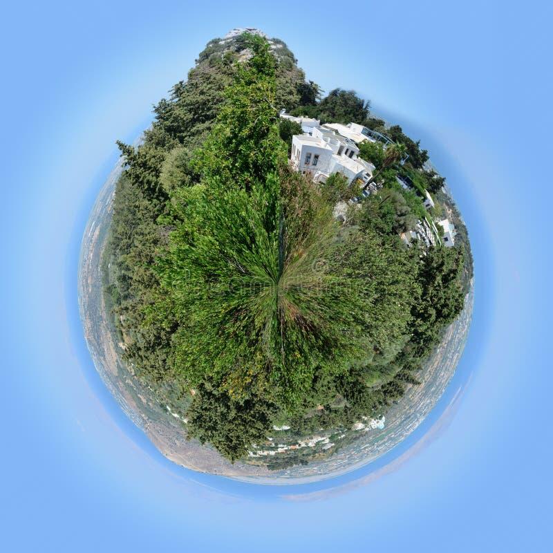360 grados un panorama de la costa y de las montañas hermosas bajo la forma de pequeño planeta imagen de archivo