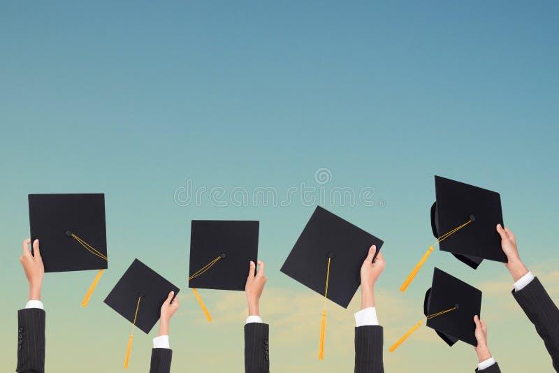 A graduação guarda um chapéu negro e uma borla amarela imagem de stock royalty free