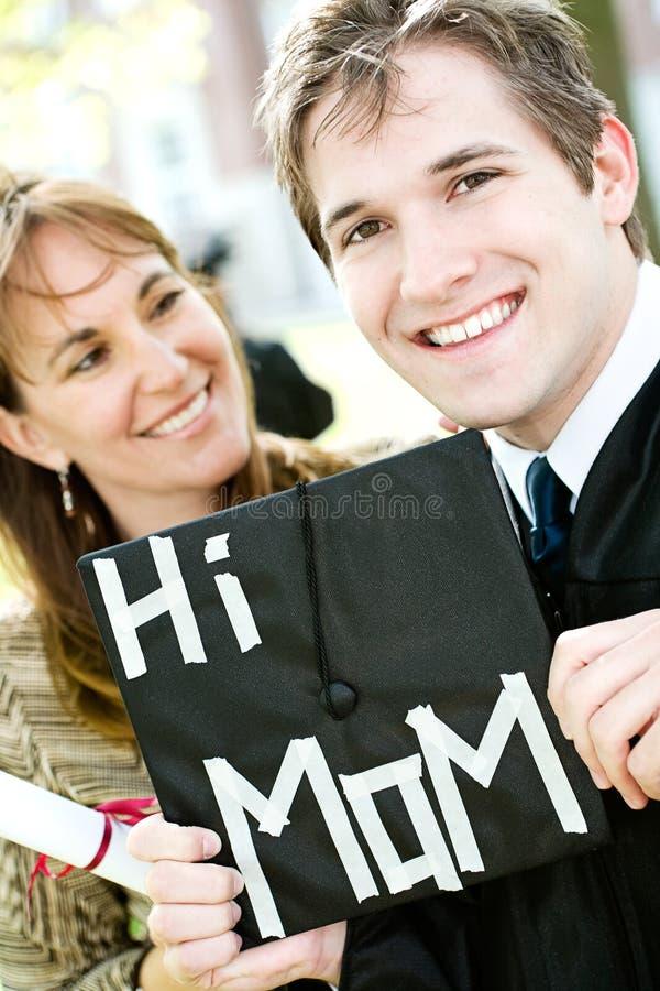Graduação: Mamã orgulhosa do graduado do filho foto de stock