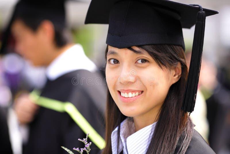 Graduación asiática de la muchacha foto de archivo