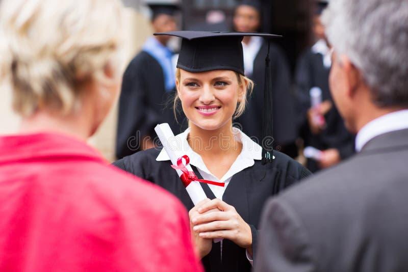 Graduación de la hija de la pareja imagenes de archivo