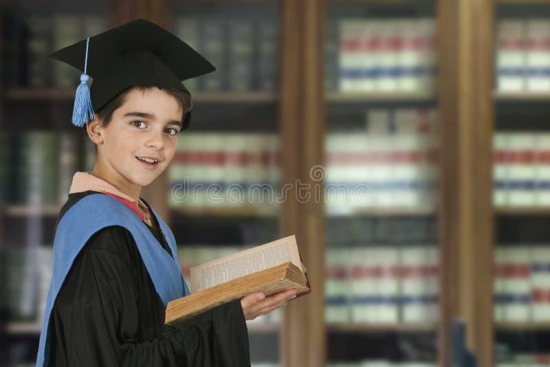 Graduación del niño imagen de archivo
