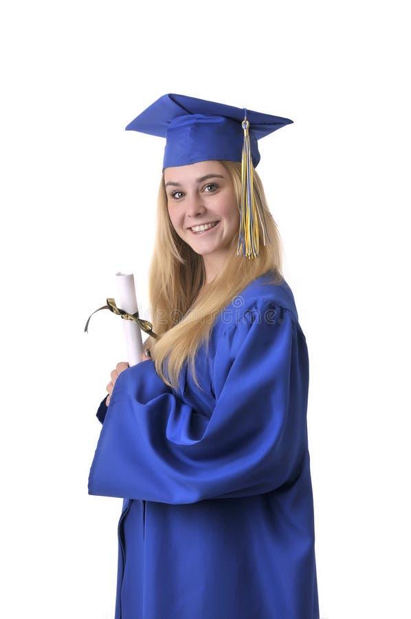 Graduado adolescente bastante rubio de la muchacha con el diploma imagenes de archivo