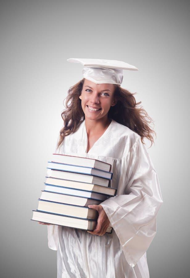 Graduado com o livro contra o inclinação foto de stock
