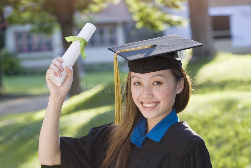 Graduado da mulher nova foto de stock