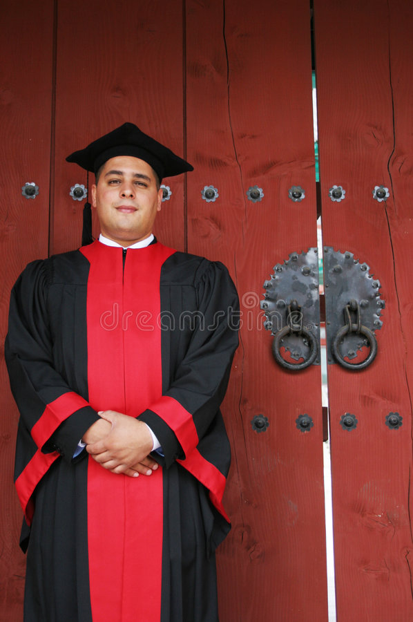 Graduado da universidade nas vestes foto de stock royalty free