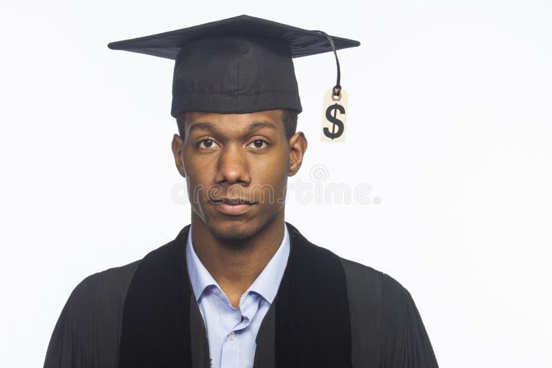 Graduado de faculdade afro-americano novo com o preço do débito da taxa de matrícula, horizontal fotografia de stock royalty free