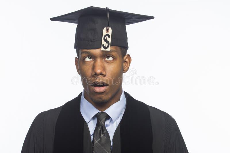 Graduado de faculdade afro-americano novo com o preço do débito da taxa de matrícula, horizontal imagens de stock royalty free