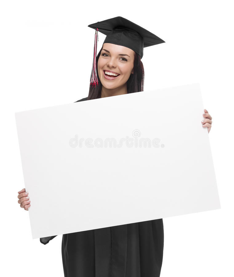 Graduado de la hembra en el casquillo y el vestido que llevan a cabo la muestra en blanco fotos de archivo libres de regalías
