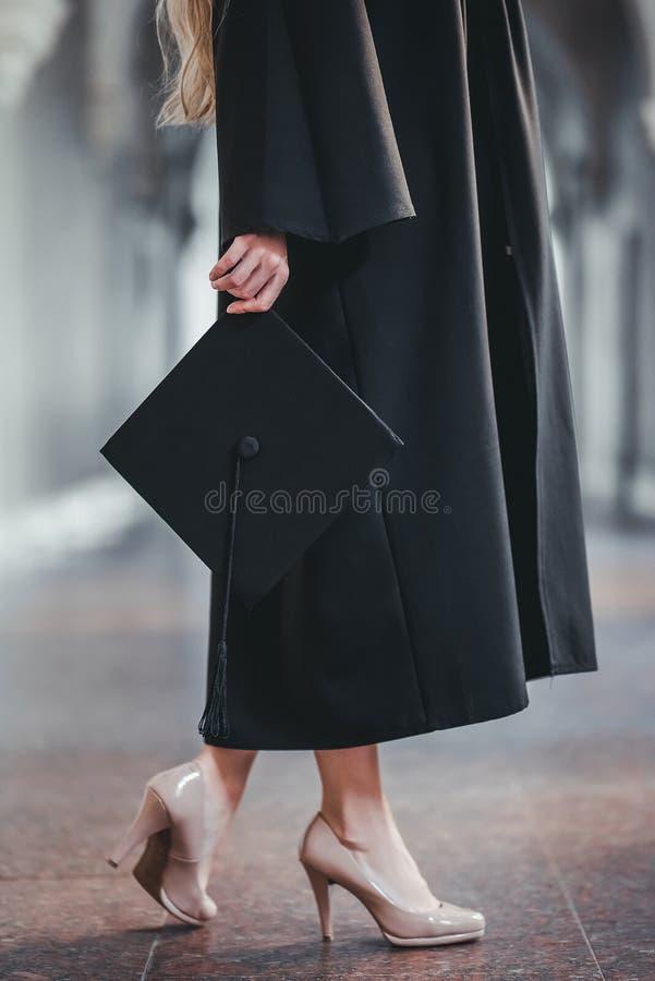 Graduado de la hembra en universidad fotos de archivo