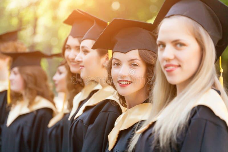 Graduado de universidad bastante femenino en la graduación fotografía de archivo