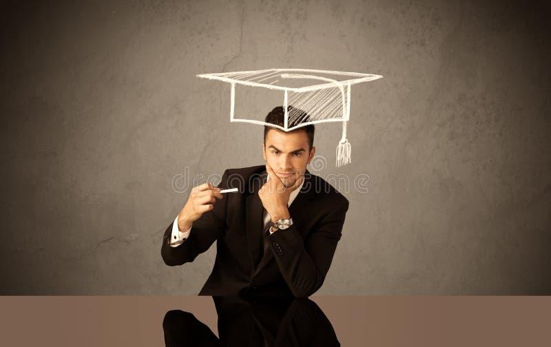 Graduado de universidad feliz que dibuja el sombrero académico fotografía de archivo libre de regalías