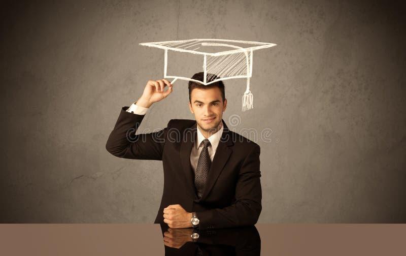 Graduado de universidad feliz que dibuja el sombrero académico imágenes de archivo libres de regalías