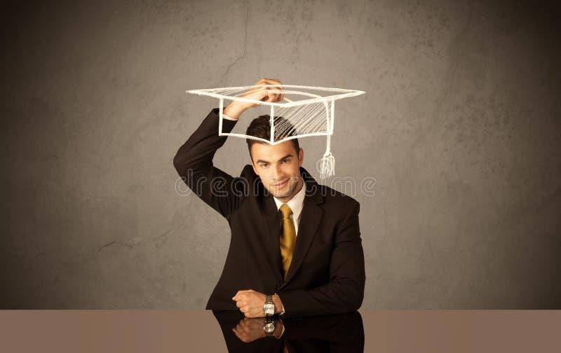 Graduado de universidad feliz que dibuja el sombrero académico imagen de archivo libre de regalías