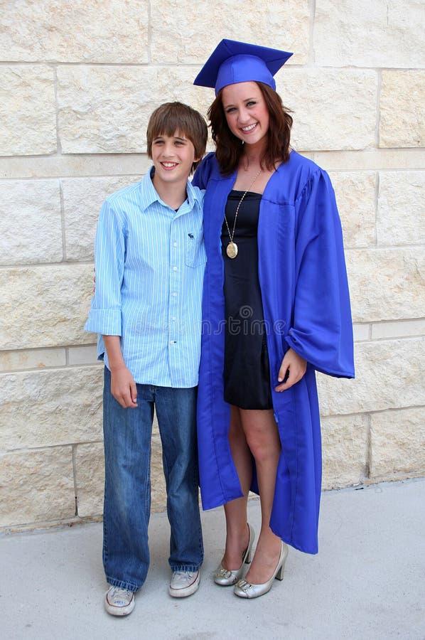 Graduado e irmão fotografia de stock