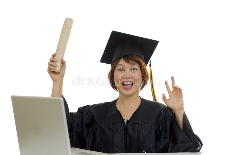 Graduado maduro da mulher com diploma foto de stock