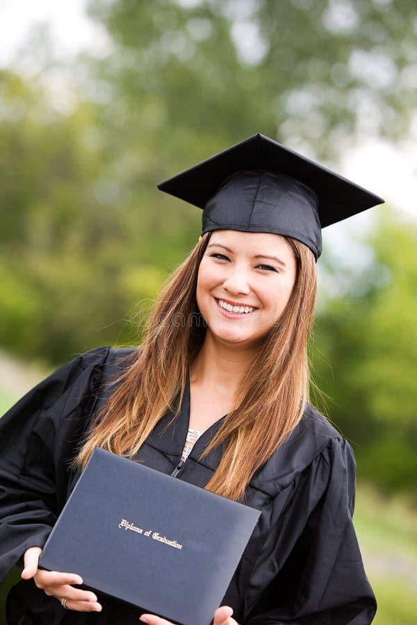 Graduado: Retrato do graduado asiático bonito do americano com Diplom imagens de stock royalty free