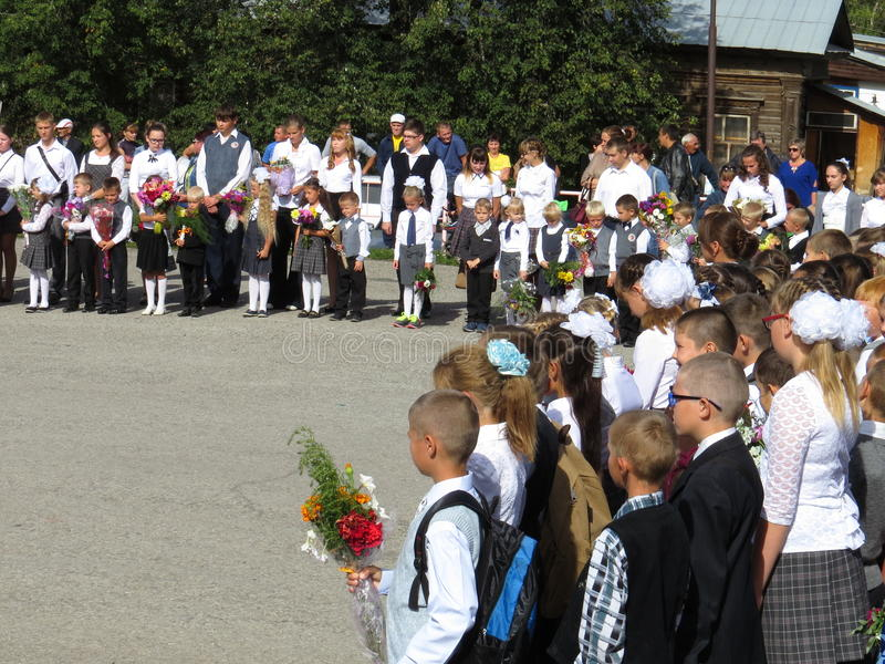 Graduadores pela primeira vez na escola a régua solene no primeiro setembro fotografia de stock royalty free