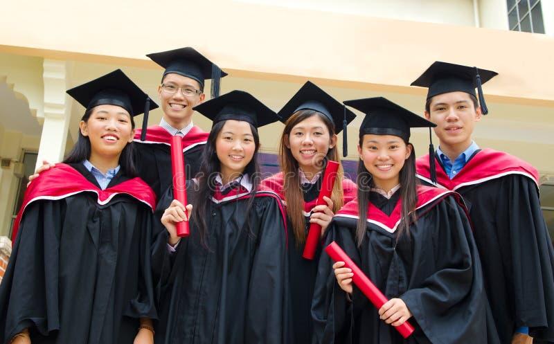 Graduados asiáticos de la universidad imagen de archivo libre de regalías