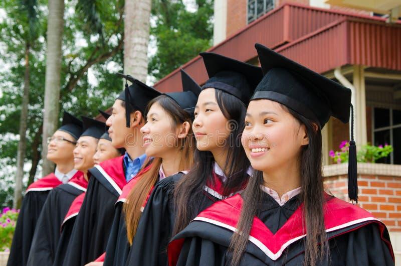 Graduados asiáticos de la universidad foto de archivo