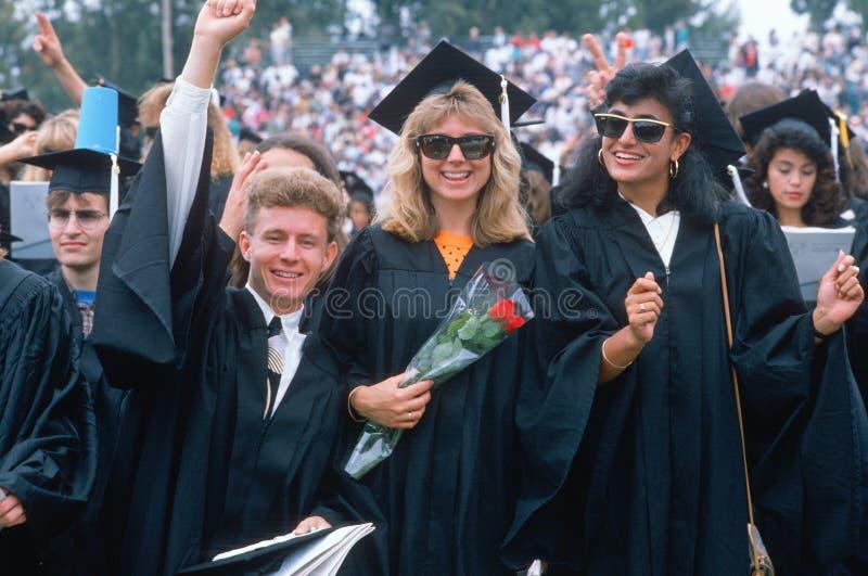 Graduados da faculdade que comemoram imagens de stock