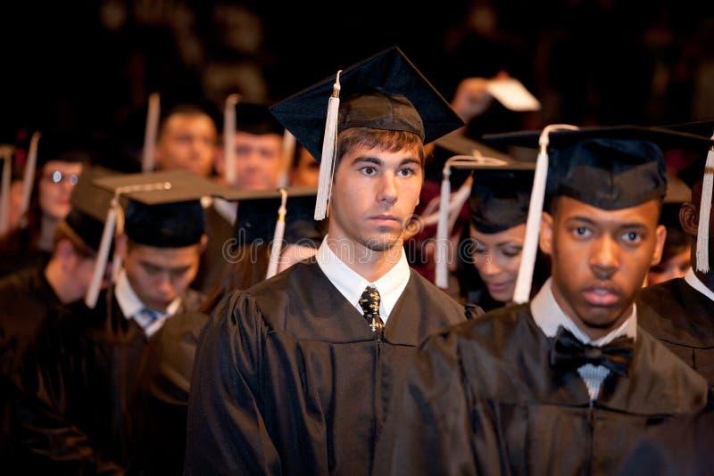 Graduados nerviosos el día de graduación imagen de archivo libre de regalías