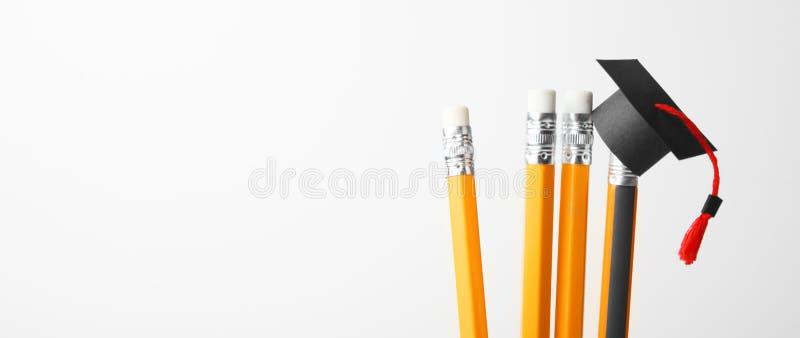 Graduatie GLB op potloden Het onderwijs, studie en leert concept royalty-vrije stock afbeeldingen