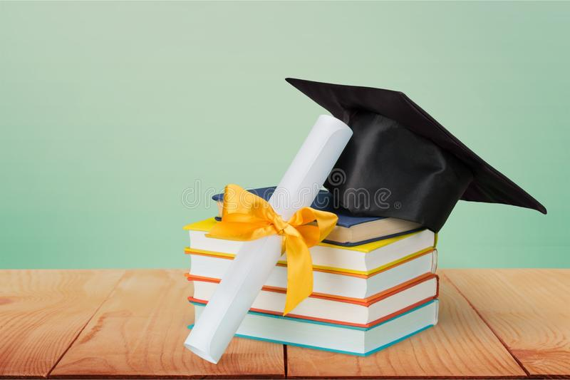 Graduatiebaret bovenop stapel boeken  stock fotografie