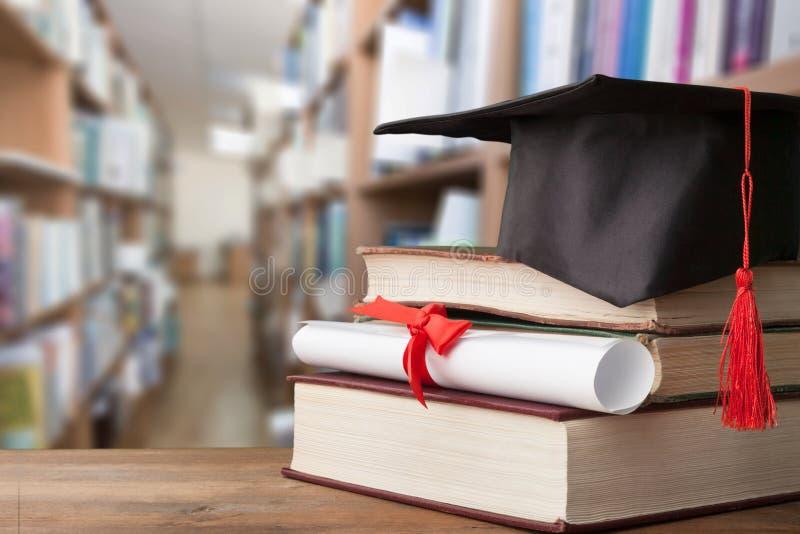 Graduatiehoed op stapel boeken royalty-vrije stock fotografie
