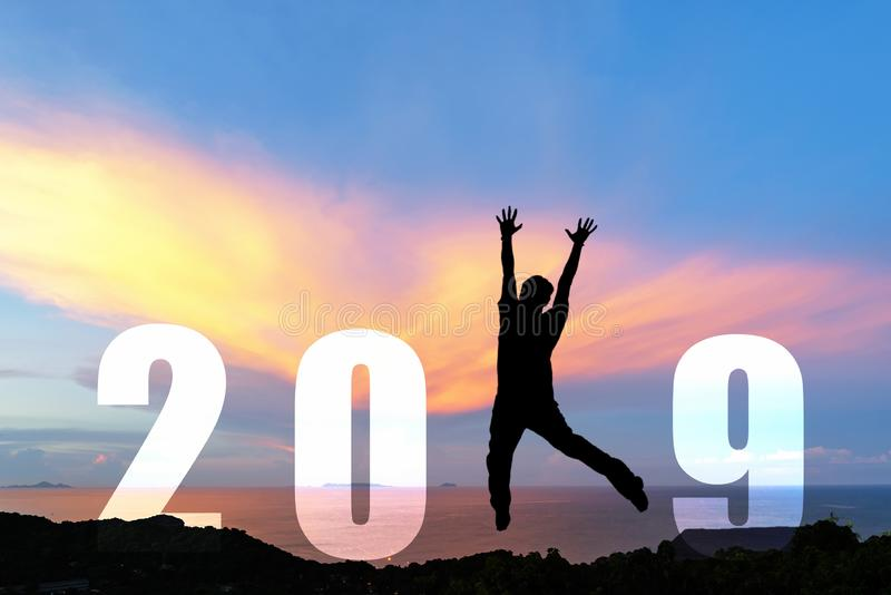 Graduazione di salto di congratulazione dell'uomo felice della siluetta durante il buon anno 2019 L'uomo di stile di vita di libe fotografie stock