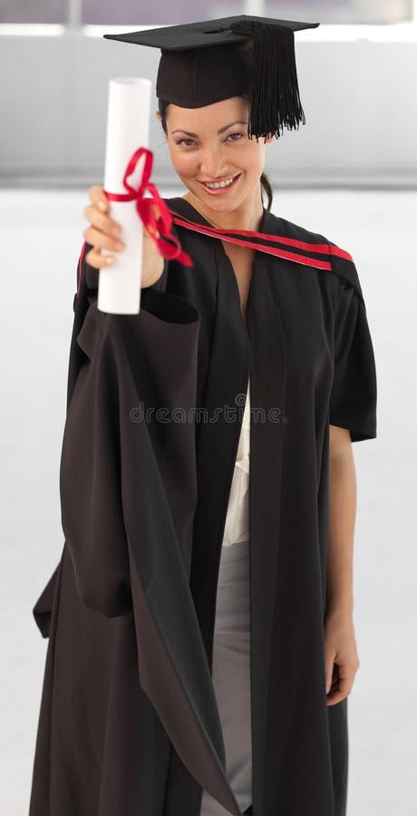 Download Graduierende Holding Der Jungen Frau Ihr Diplom Stockfoto - Bild von freunde, ethnicity: 9098708