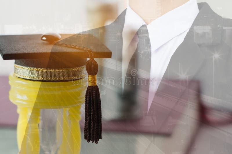 Graduiertes Konzept Studie International im Ausland, Staffelungskappe auf gelber Sanduhr mit Unsch?rfe Unsch?rfe-Gesch?ftsmann Gr stockfotos