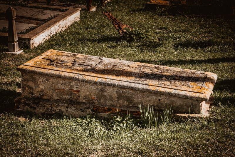 Graf in de begraafplaats stock afbeeldingen
