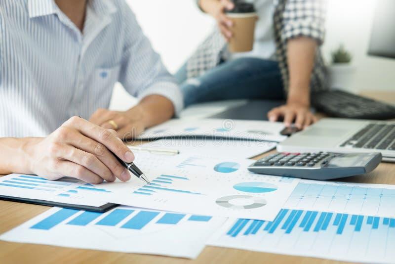 Graf för analys för affärsfolk arbetande på skrivbordet på mötesrum, teamworkbegrepp för företags kommunikation royaltyfri bild