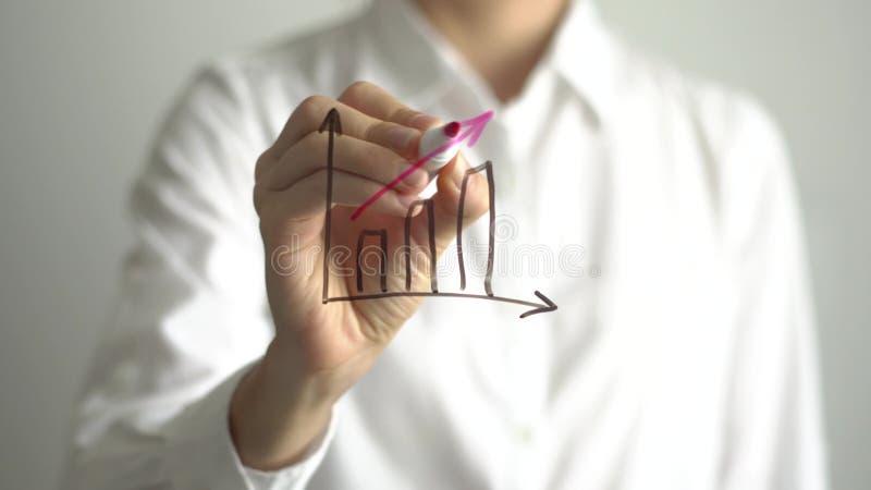 Graf för kvinnahandstiltillväxt på den genomskinliga skärmen Affärskvinnan skriver ombord arkivfoton