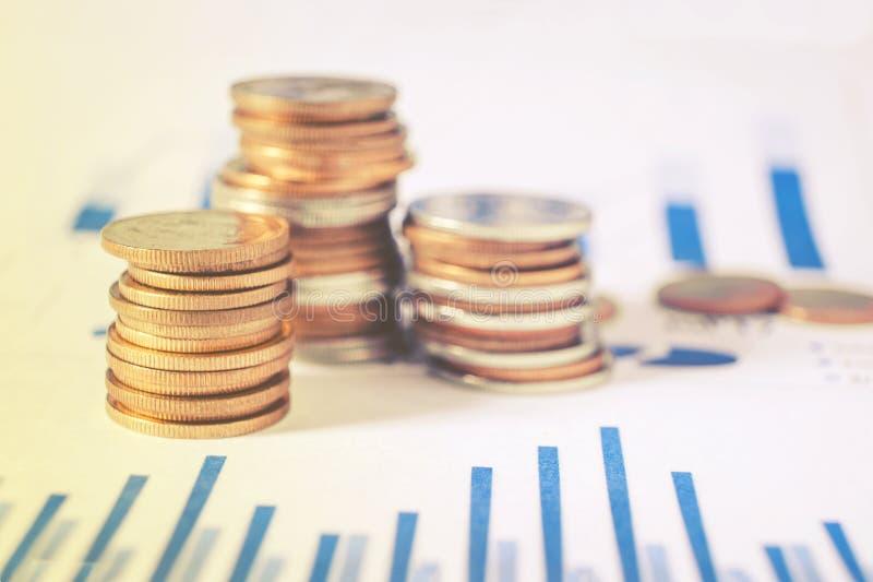 Graf på rader av mynt för finans och bankrörelsen på digitalt materiel royaltyfri fotografi