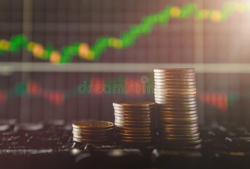 Graf på rader av mynt för finans och bankrörelsen på finansiellt utbyte för Digital aktiemarknad och dubbel exponering arkivfoton