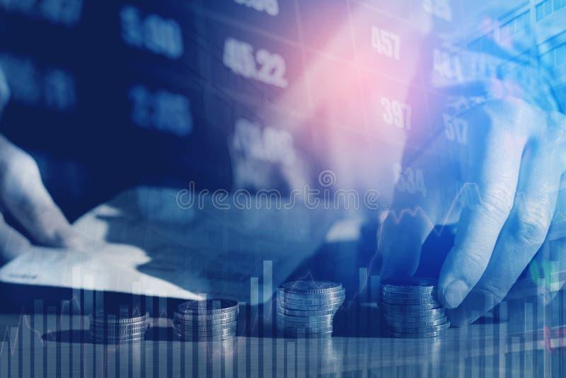 Graf på rader av mynt för finans- och sparandepengar på digitalt s arkivbilder
