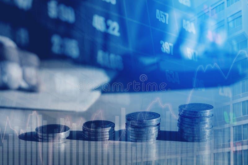 Graf på rader av mynt för finans- och sparandepengar på digitalt s royaltyfri fotografi