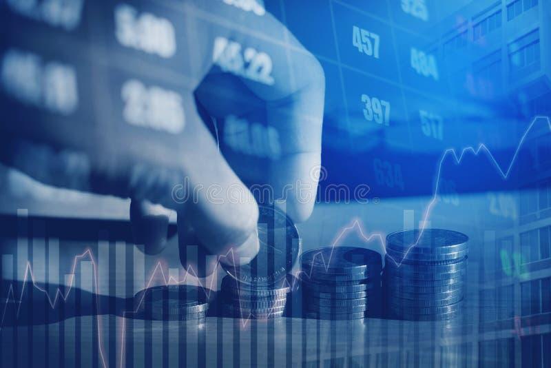 Graf på rader av mynt för finans- och sparandepengar på digitalt s fotografering för bildbyråer