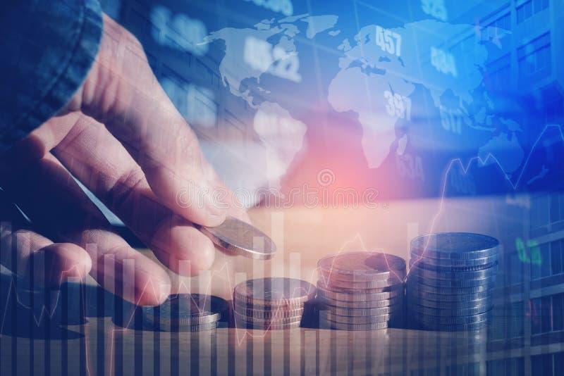 Graf på rader av mynt för finans- och sparandepengar på digitalt s arkivbild