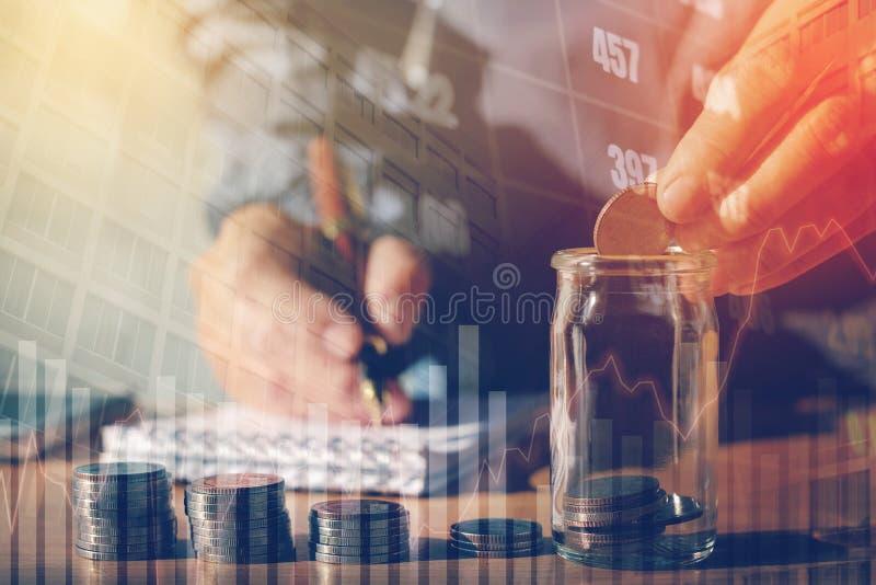 Graf på rader av mynt för finans- och sparandepengar på digitalt s royaltyfri bild