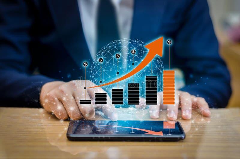 Grafen av globala kommunikationer binära Smart för finansiell tillväxt ringer, och världsinternetBusinesspeople trycker på telefo royaltyfri foto
