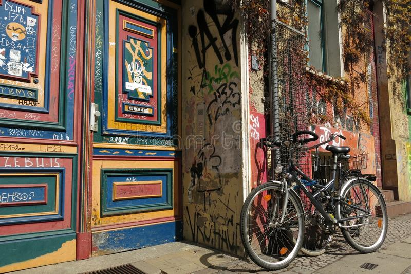 Graffiti ścienni i rower Berlin Niemcy obrazy royalty free