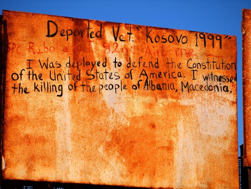 Graffiti al recinto del confine di Messico-U.S.A. vicino all'oceano Pacifico a Tijuana, Messico dal veterano deportato fotografia stock