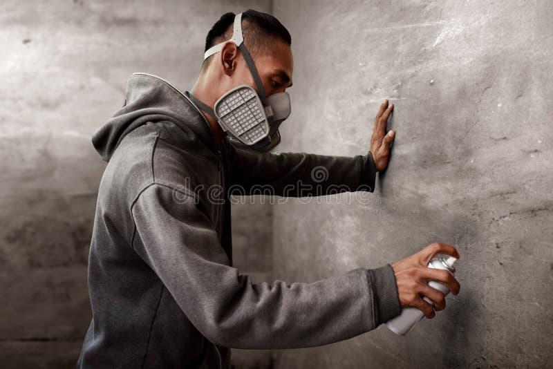 Graffiti artysty farba jest ubranym respirator maskę obrazy stock